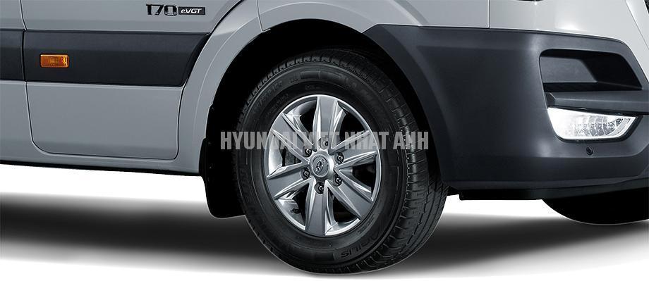 Xe khách 16 chổ Hyundai Solati Lốp Michelin Được nhập khẩu từ Châu Âu, 235/65R16 mâm thép hợp kim (tiêu chuẩn).